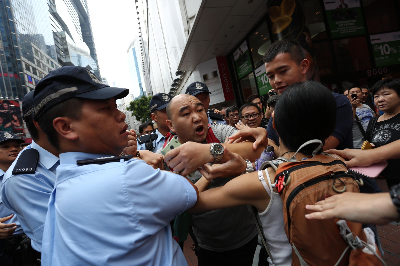 Photo Ordinary Police Hold