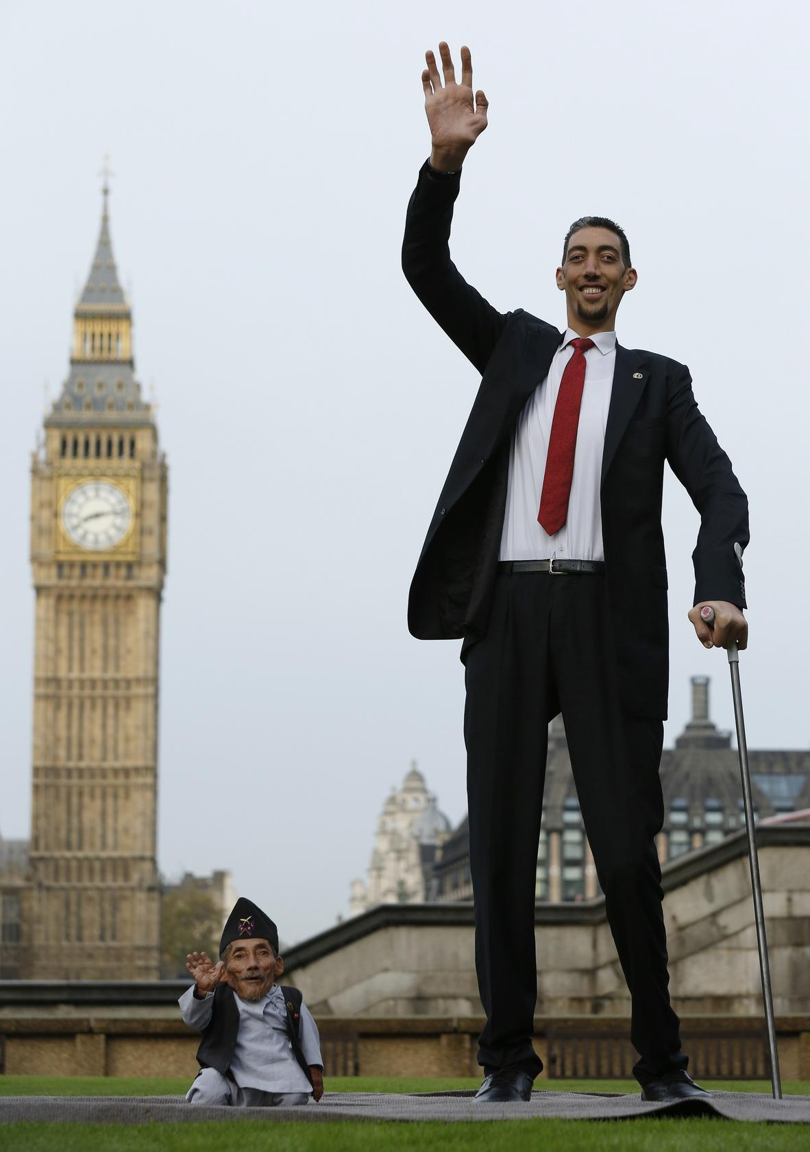 World S Most Beautiful: World's Tallest Man Meets His 55cm Counterpart For World