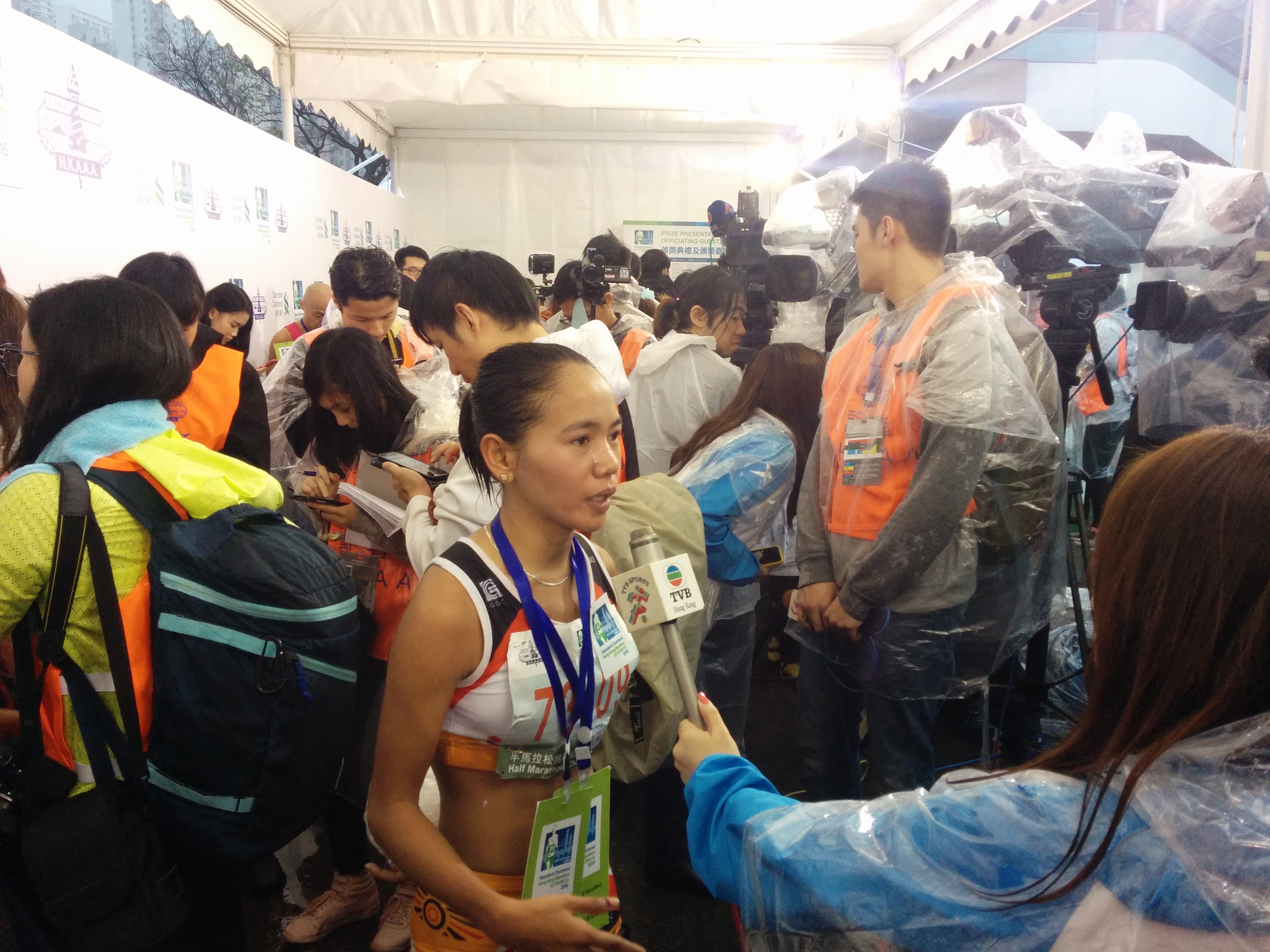 hong kong marathon 61 000 runners 10 hospitalised one