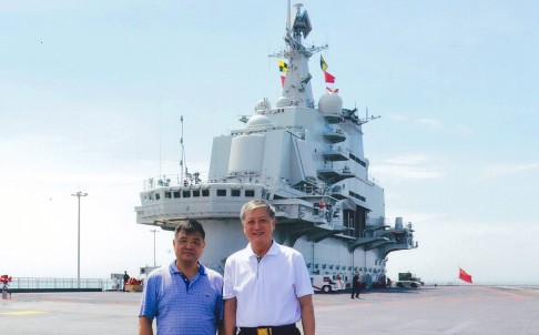 Xu Zengping and former deputy commander of the PLA Navy Su Shiliang on the deck of the Liaoning. Photo: SCMP