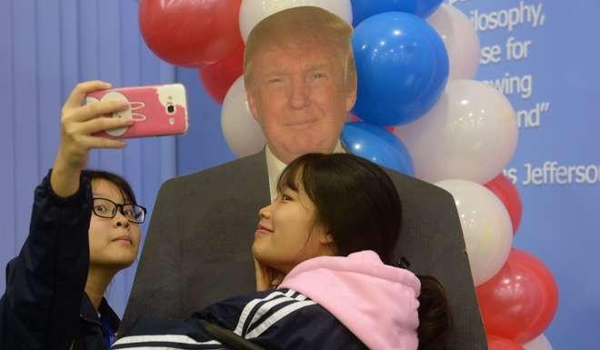 Học sinh Việt Nam tự chụp hình với